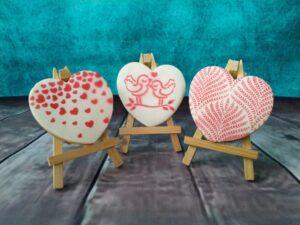 W ofercie na Walentynki można zakupić pyszne maślano-kruche ciasteczka ❤️ dekorowane masą cukrową. Koszt serduszka❤️ pakowanego w woreczek z kokardką to 7 zł za sztukę. Pakowane w pudełeczko po 3 szt. to koszt 22 zł.